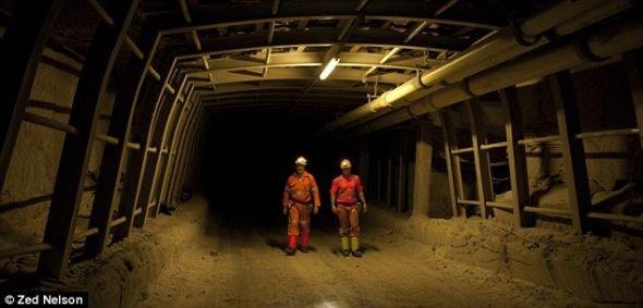 身在波尔比钾盐矿的肖恩・帕林和尼尔・罗利博士。钾盐矿地下深处就是一座科学实验室。矿井的地道又高又宽,足以并排摆放两辆路虎汽车。