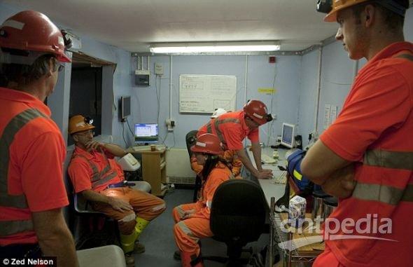 研究小组在临时餐室暂作停留,而后穿上工作服进入实验室