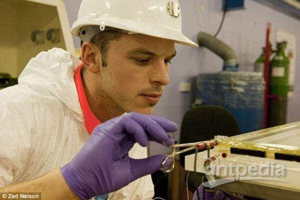 """谢菲尔德大学的马克・派普为DRIFT-II探测器实施""""手术""""。这个探测器是世界上最灵敏的暗物质望远镜"""